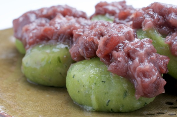 日本酒の和菓子のおつまみの草団子の画像