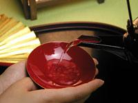 盃に日本酒を注いでいる画像