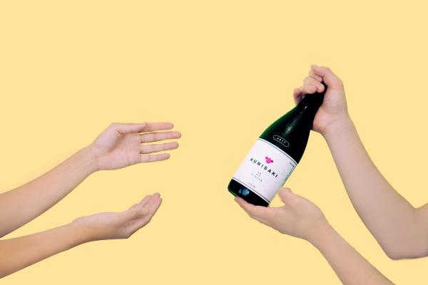 saketakuで厳選された日本酒を手渡すイメージ画像