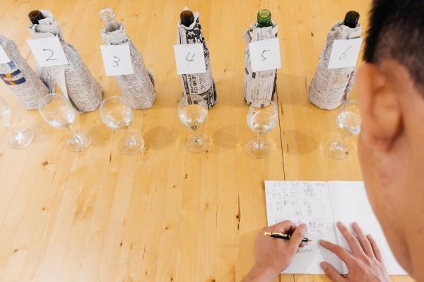 saketaku日本酒完全ブラインドテストで日本酒を評価している場面の画像