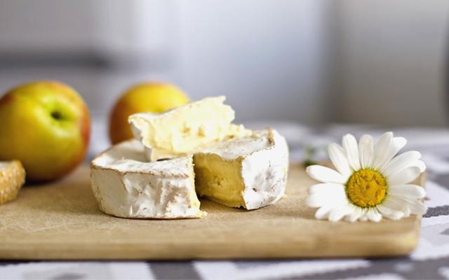 カマンベールチーズと日本酒の画像