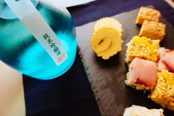 おせち料理と日本酒の新酒の画像